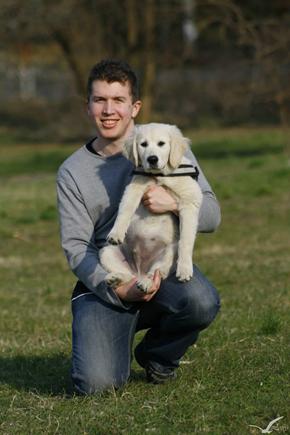 A képen fű, kültéri, kutya, személy látható  Automatikusan generált leírás